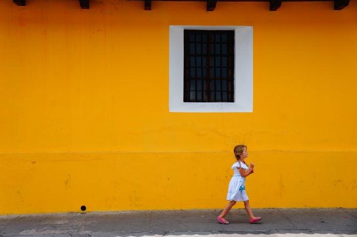 Antigua in famiglia bambiniconlavaligia for Muri colorati moderni